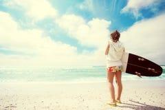 Κορίτσι Surfer στην παραλία Στοκ φωτογραφίες με δικαίωμα ελεύθερης χρήσης