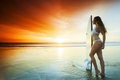 Κορίτσι Surfer στην παραλία Στοκ Εικόνες