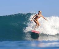 Κορίτσι Surfer στο καταπληκτικό μπλε κύμα Στοκ Εικόνες