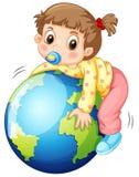 Κορίτσι todler που αγκαλιάζει τη γη Στοκ Εικόνες