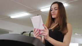 Κορίτσι treadmill απόθεμα βίντεο
