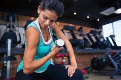 Κορίτσι workout με τον αλτήρα στον πάγκο Στοκ Εικόνες