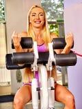 Κορίτσι workout στη μηχανή μπουκλών bicep στην αθλητική γυμναστική Στοκ φωτογραφίες με δικαίωμα ελεύθερης χρήσης