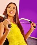 Κορίτσι workout στον προσομοιωτή στην αθλητική γυμναστική Στοκ Φωτογραφίες
