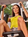 Κορίτσι workout στον Τύπο ποδιών στην αθλητική γυμναστική Στοκ εικόνες με δικαίωμα ελεύθερης χρήσης