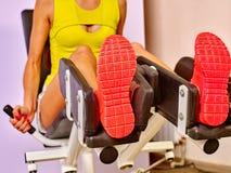 Κορίτσι workout στον Τύπο ποδιών Στοκ Εικόνα