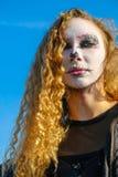 Κορίτσι Zombie με τα μαυρισμένα μάτια και ένα αιματηρό στόμα σε αποκριές Στοκ φωτογραφίες με δικαίωμα ελεύθερης χρήσης