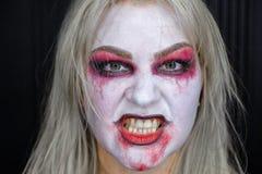 Κορίτσι Zombie με τα μαυρισμένα μάτια και ένα αιματηρό στόμα σε αποκριές Στοκ φωτογραφία με δικαίωμα ελεύθερης χρήσης