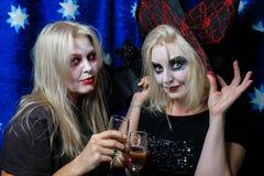 Κορίτσι Zombie με τα μαυρισμένα μάτια και ένα αιματηρό στόμα σε αποκριές Στοκ Φωτογραφία
