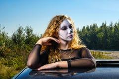 Κορίτσι Zombie με τα μαυρισμένα μάτια και ένα αιματηρό στόμα σε αποκριές Στοκ Εικόνα