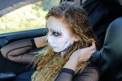 Κορίτσι Zombie με τα μαυρισμένα μάτια και αιματηρό στόμα στο αυτοκίνητο Στοκ φωτογραφία με δικαίωμα ελεύθερης χρήσης