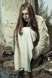 Κορίτσι Zombie στο εγκαταλειμμένο κτήριο στοκ φωτογραφία με δικαίωμα ελεύθερης χρήσης