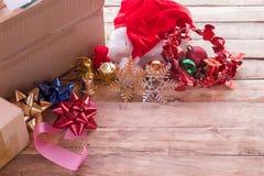 Κορδέλλα Χριστουγέννων και νέα διακόσμηση έτους με το κιβώτιο εγγράφου στο παλαιό γ Στοκ Εικόνα