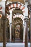 ΚΟΡΔΟΒΑ - ΙΣΠΑΝΙΑ - 10 ΙΟΥΝΊΟΥ 2016: Στυλοβάτες Mezquita Κόρδοβα αψίδων Στοκ Εικόνες