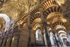 ΚΟΡΔΟΒΑ - ΙΣΠΑΝΙΑ - 10 ΙΟΥΝΊΟΥ 2016: Στυλοβάτες Mezquita Κόρδοβα αψίδων Στοκ Φωτογραφίες