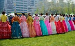 Κορεατικά πρότυπα που φορούν το παραδοσιακό φόρεμα Στοκ εικόνες με δικαίωμα ελεύθερης χρήσης