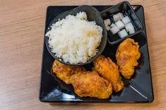 Κορεατικά τηγανισμένα σάλτσα κοτόπουλα καυτά και πικάντικος που εξυπηρετείται με το ρύζι Στοκ Εικόνες