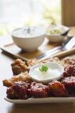 Κορεατικά φτερά κοτόπουλου με το ρύζι Στοκ Φωτογραφίες