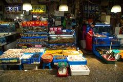 Κορεατική γυναίκα στην αγορά ψαριών Στοκ Εικόνες