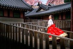 Κορεατική κυρία στο φόρεμα hanbok που τρέχει σε ένα αρχαίο παλάτι στοκ φωτογραφία με δικαίωμα ελεύθερης χρήσης