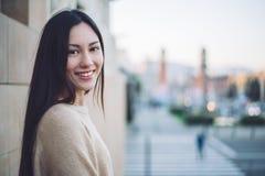 Κορεατική νέα κινηματογράφηση σε πρώτο πλάνο γυναικών που εξετάζει το χαμόγελο των καμερών και το εκτάριο Στοκ Εικόνες