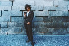Κορεατικός τύπος με το κινητό τηλέφωνο δίπλα στον τοίχο σύστασης Στοκ φωτογραφίες με δικαίωμα ελεύθερης χρήσης