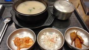 Κορεατικό μεσημεριανό γεύμα καθορισμένο Seolleongtang σούπας κόκκαλων βοδιών Στοκ Φωτογραφία