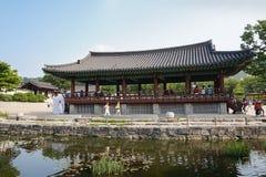 Κορεατικό παραδοσιακό περίπτερο με τους τουρίστες Στοκ Εικόνες
