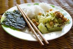 Κορεατικό ρύζι με τα βρασμένα στον ατμό λαχανικά και το φύκι Στοκ φωτογραφία με δικαίωμα ελεύθερης χρήσης