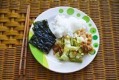 Κορεατικό ρύζι με τα βρασμένα στον ατμό λαχανικά και το φύκι Στοκ Εικόνες