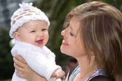 κοριτσάκι ευτυχές η μητέρ&al Στοκ Εικόνα