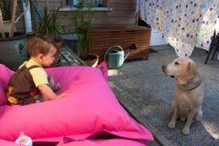 Κοριτσάκι και Retriever του Λαμπραντόρ Στοκ εικόνα με δικαίωμα ελεύθερης χρήσης