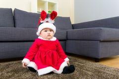 Κοριτσάκι με τη σάλτσα και τη διάταξη θέσεων Χριστουγέννων στον τάπητα στοκ εικόνες