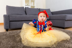 Κοριτσάκι με τη σάλτσα κομμάτων στοκ εικόνα
