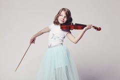 Κοριτσάκι με το βιολί Στοκ φωτογραφία με δικαίωμα ελεύθερης χρήσης