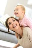 Κοριτσάκι με το γέλιο μητέρων της Στοκ Εικόνες