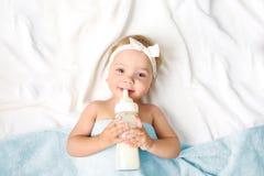 Κοριτσάκι με το κενό διαστημικό υπόβαθρο μπουκαλιών γάλακτος στοκ εικόνα με δικαίωμα ελεύθερης χρήσης