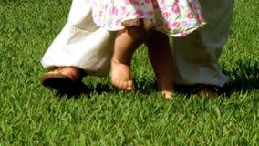 Κοριτσάκι που λαμβάνει τα πρώτα μέτρα φιλμ μικρού μήκους