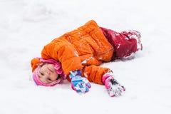 Κοριτσάκι που βρίσκεται snowdrift στοκ φωτογραφίες