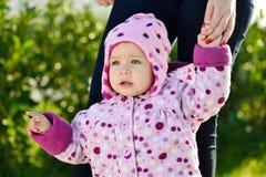 Κοριτσάκι που εμφανίζει κάτι Στοκ φωτογραφία με δικαίωμα ελεύθερης χρήσης