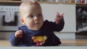 Κοριτσάκι που καταβάλλει προσπάθειες να συρθεί στο πάτωμα στο σπίτι απόθεμα βίντεο