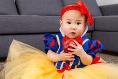Κοριτσάκι που κρατά ένα μήλο με τη σάλτσα κομμάτων στοκ φωτογραφία