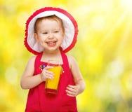 Κοριτσάκι που πίνει το χυμό από πορτοκάλι το καλοκαίρι Στοκ Εικόνα
