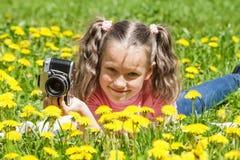 Κοριτσάκι που παίρνει τις εικόνες υπαίθρια Στοκ Εικόνες