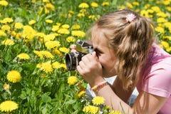 Κοριτσάκι που παίρνει τις εικόνες υπαίθρια Στοκ φωτογραφία με δικαίωμα ελεύθερης χρήσης