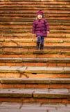 Κοριτσάκι που περπατά κάτω από τα παλαιά σκαλοπάτια Στοκ Εικόνες