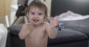 Κοριτσάκι που χτυπά τα χέρια και το γέλιό της απόθεμα βίντεο