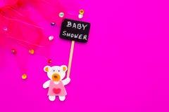 Κοριτσάκι - ρόδινες και άσπρες κάλτσες στο ρόδινο υπόβαθρο με το σημάδι πινάκων ντους μωρών Στοκ Εικόνα
