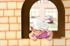 Κοριτσάκι σε ένα σπίτι παιχνιδιού Στοκ Εικόνες