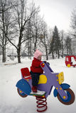 Κοριτσάκι στην παιδική χαρά στοκ φωτογραφία